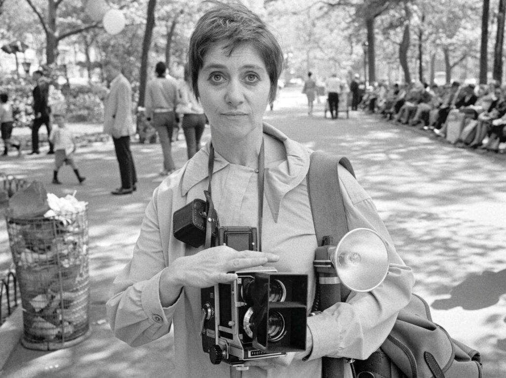 Retrato de Diane Arbus con su cámara por Tod Papageorge