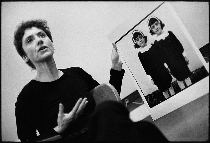 Diane Arbus en un taller con su famosa foto de las gemelas