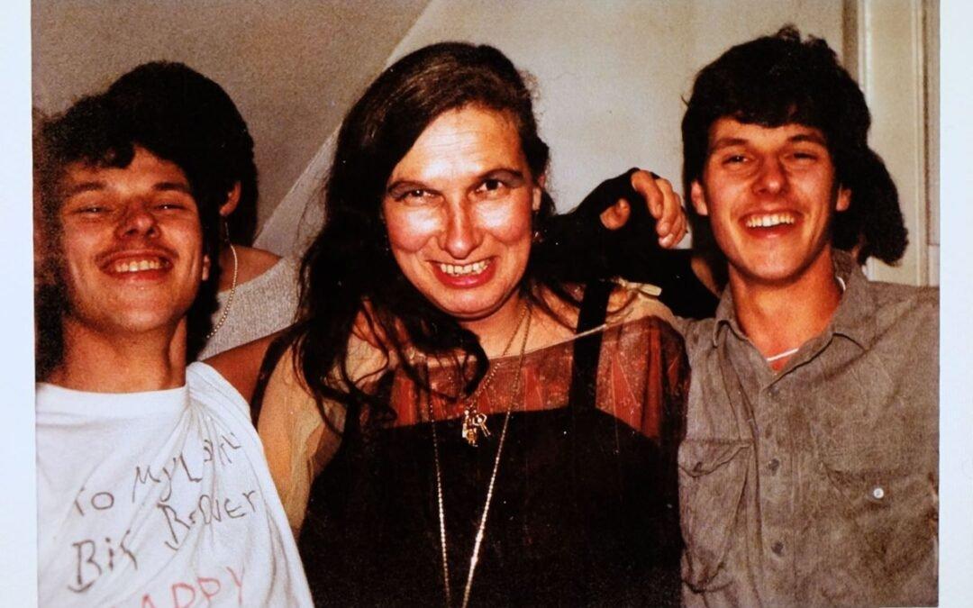 Cuando un álbum de fotos familiar ayuda a construir una mentira: la reveladora historia de los hermanos Lewis