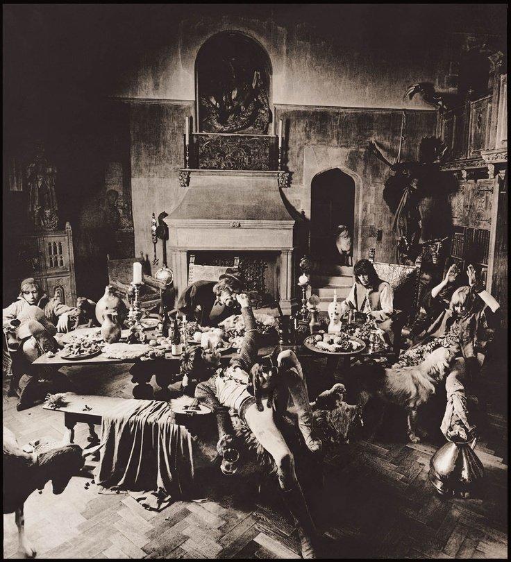 Los Rolling Stones vestidos de vagabundos para la sesión de fotos de su disco Beggars Banquet. Foto: Michael Joseph.