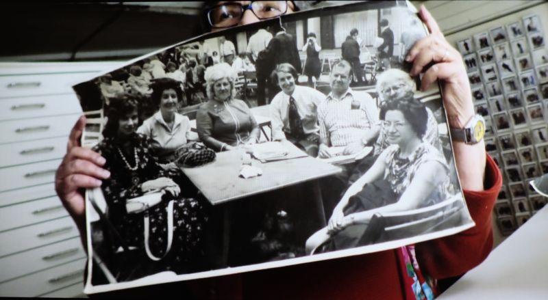 La fotógrafa Elsa Dorfman sujeta en sus manos una fotografía hecha con una 35mm e impresa con una Itek. Fotograma del documental de Netflix 'The B-side: Elsa Dorfman's Portrait Photography'