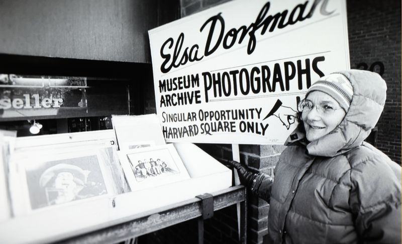 La fotógrafa Elsa Dorfman posa en la calle con las fotografías que vendía en sus comienzos. Fotograma del documental de Netflix 'The B-side: Elsa Dorfman's Portrait Photography'