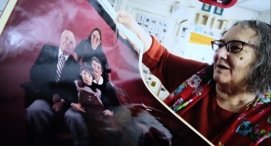 La fotógrafa Elsa Dorfma en el archivo de su estudio mirando una de sus fotos hechas con la Polaroid 20x24. Fotograma del documental de Netflix 'The B-side: Elsa Dorfman's Portrait Photography'
