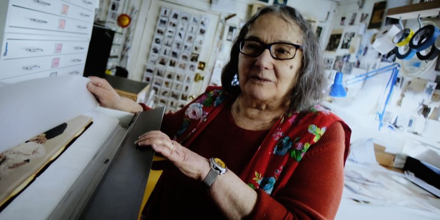 La fotógrafa Elsa Dorfman en el archivo de fotos Polaroid 20x24 de su estudio. Fotograma del documental de Netflix 'The B-side: Elsa Dorfman's Portrait Photography'