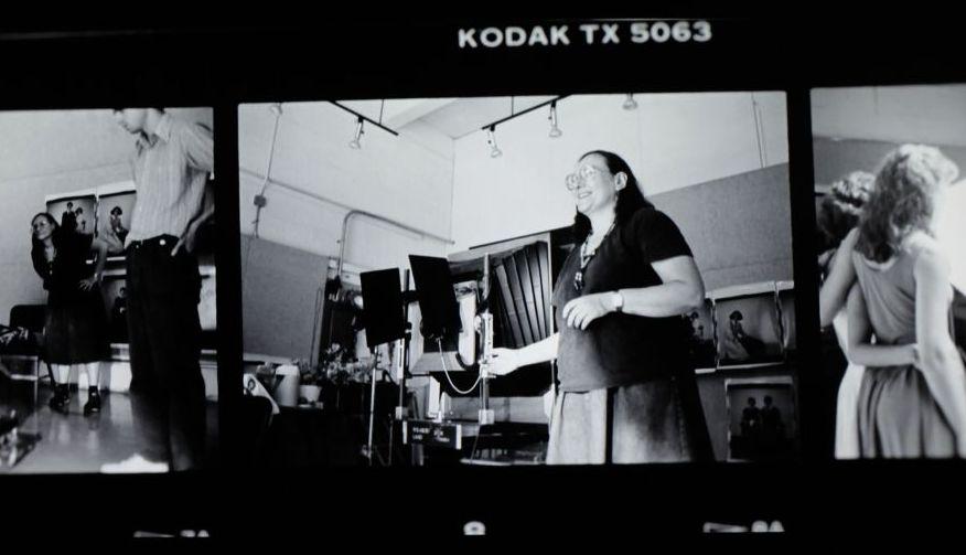 La fotógrafa Elsa Dorfman trabajando con la Polaroid 20x24. Fotograma del documental de Netflix 'The B-side: Elsa Dorfman's Portrait Photography'