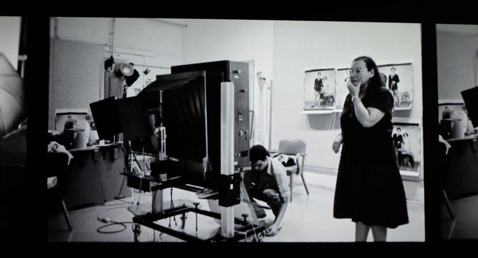 La fotógrafa Elsa Dorfman y un ayudante trabajando con la Polaroid 20x24. Fotograma del documental de Netflix 'The B-side: Elsa Dorfman's Portrait Photography'