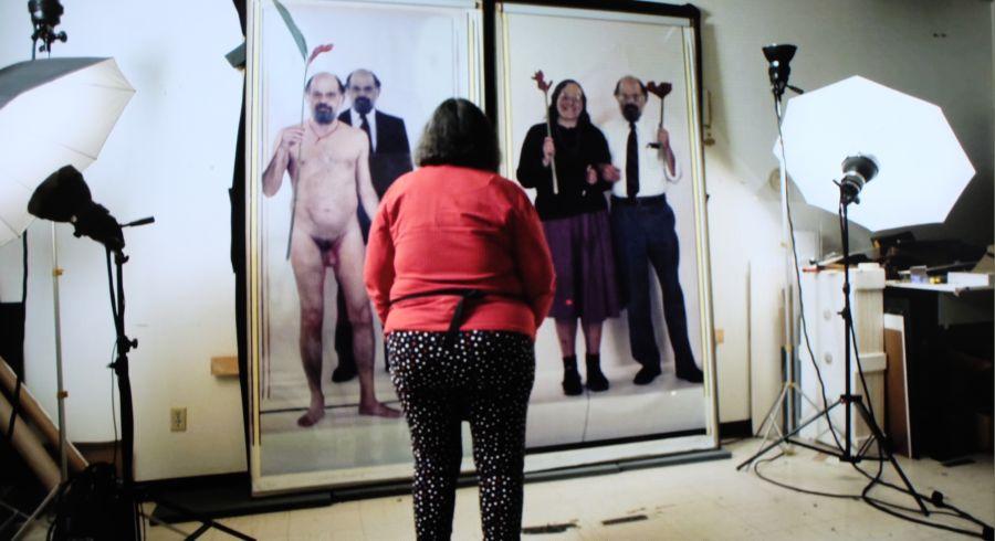 La fotógrafa Elsa Dorfman en su estudio, contemplando dos retratos en color hechos con la Polaroid 20x24. Fotograma del documental de Netflix 'The B-side: Elsa Dorfman's Portrait Photography'