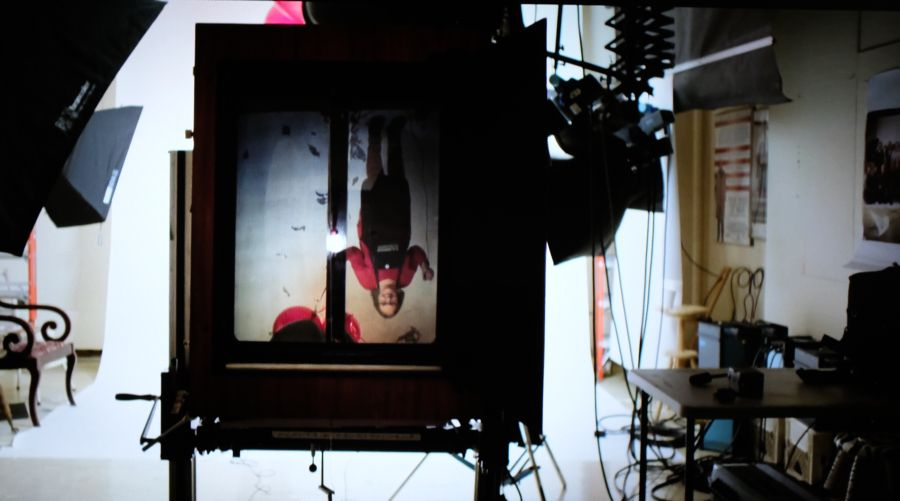 La imagen al revés en el visor de la Polaroid 20x24. Fotograma del documental de Netflix 'The B-side: Elsa Dorfman's Portrait Photography'