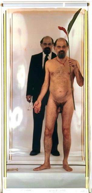 Fotografía en color de Allen Ginsberg posando desnudo frente a una foto suya en la que está vestido, realizada por Elsa Dorfman con la Polaroid 20x24. Fotograma del documental de Netflix 'The B-side: Elsa Dorfman's Portrait Photography'