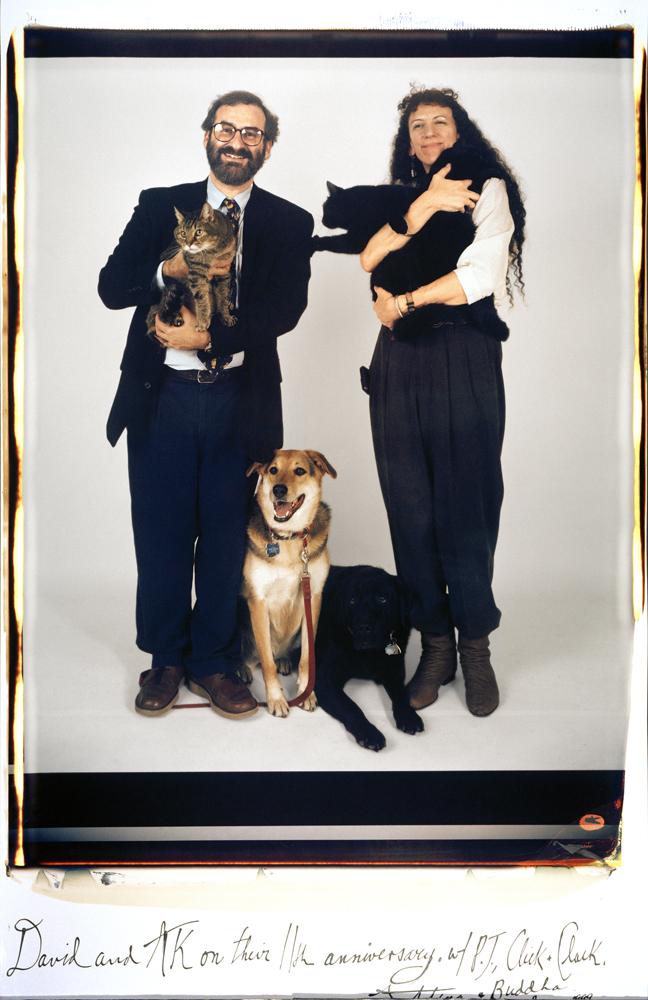 Retrato en color de una pareja con perros y gatos hecho con la Polaroid 20x24 de Elsa Dorfman