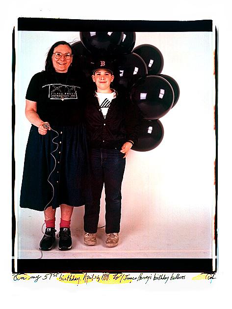 Autorretrato en color de la fotógrafa Elsa Dorfman y su hijo Isaac sujetando unos globos negros