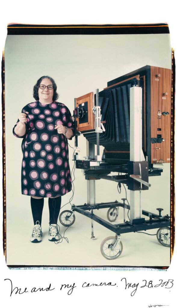 Autorretrato en color de la fotógrafa Elsa Dorfman con su Polaroid 20x24