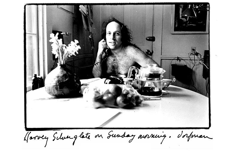 Retrato en blanco y negro de Harvey Silvergate marido de la fotógrafa Elsa Dorfman en su casa