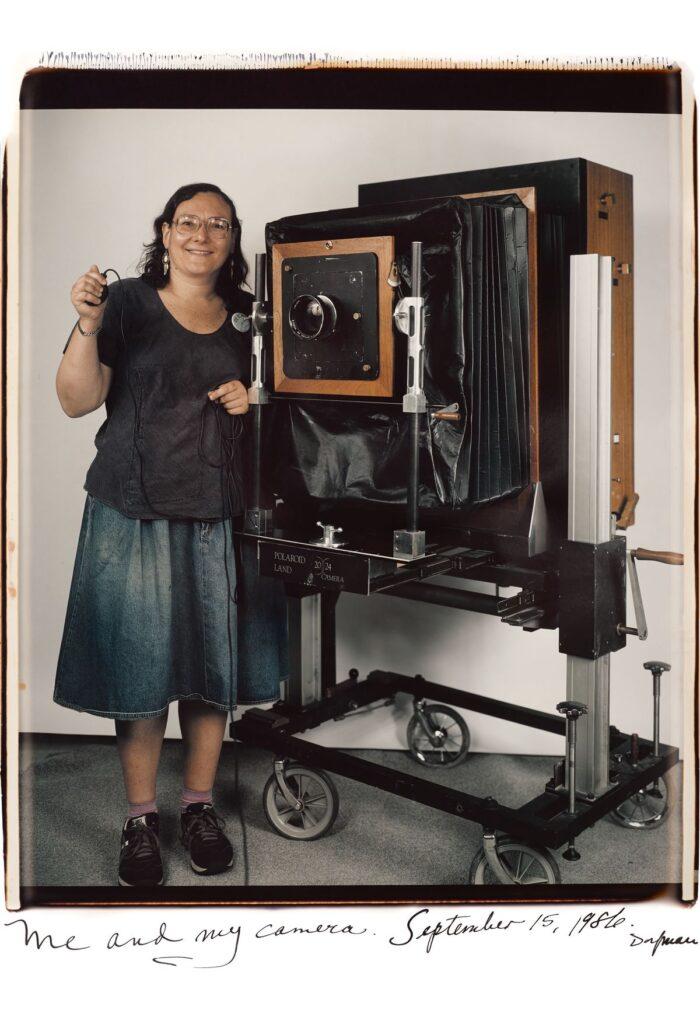 La fotógrafa Elsa Dorfman posando junto a su cámara Polaroid 20x24