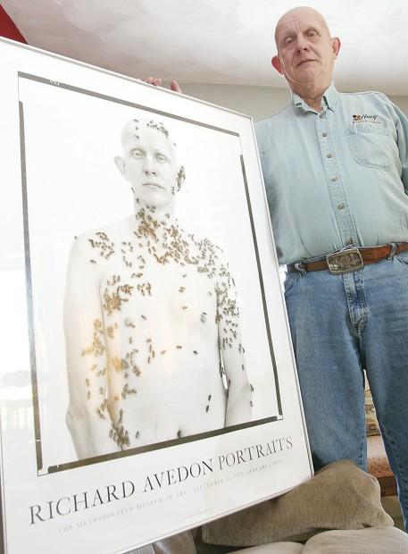 El apicultor Ron Fischer posando con la foto que le hizo Richard Avedon cubierto de abejas
