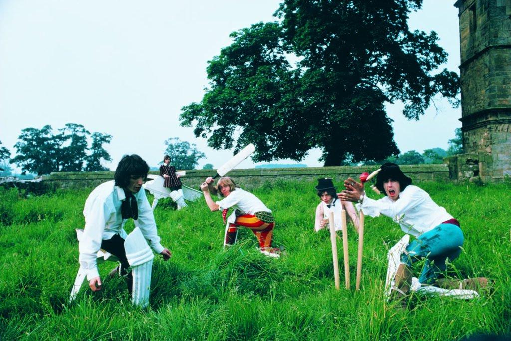 Los Rolling Stones simulando jugar al cricket en el campo en la foto que iba a ser la contraportada de su disco Beggars Banquet. Foto: Michael Joseph.