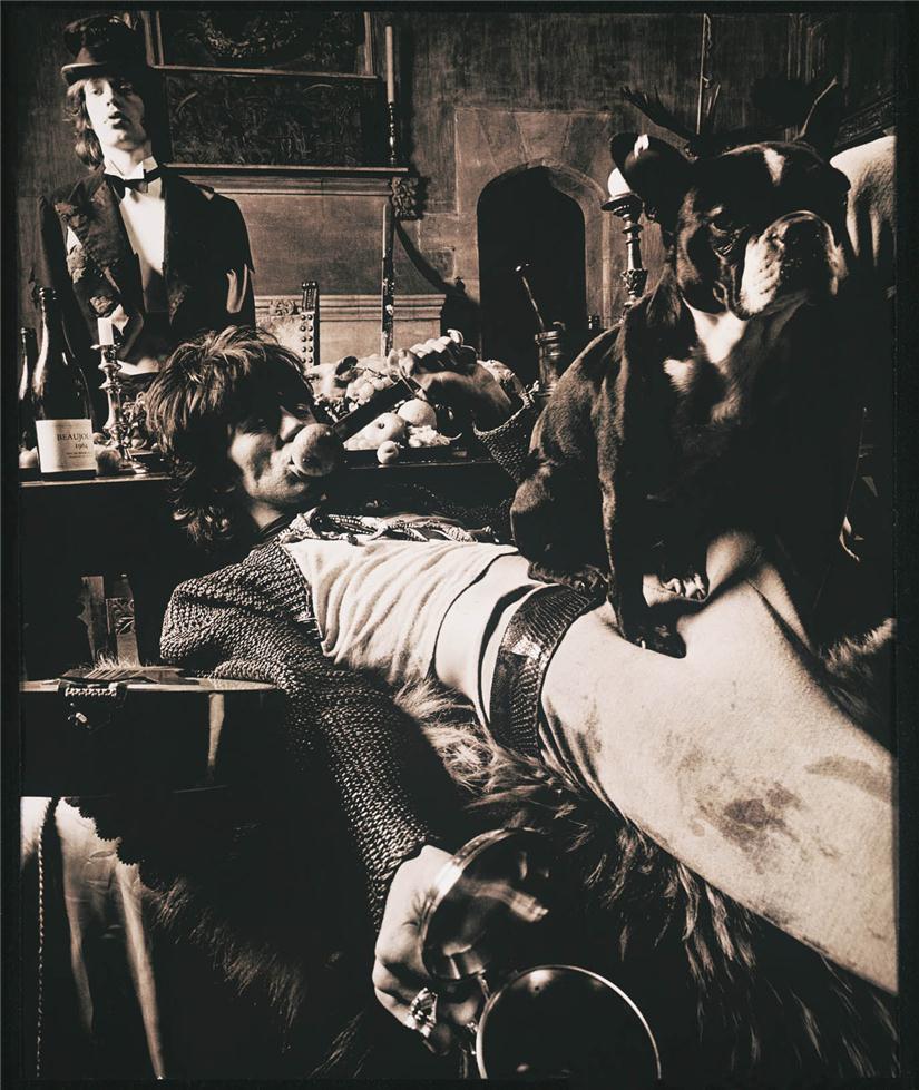 Keith Richards en primer plano y Mick Jagger al fondo, vestidos de vagabundos, para la foto del álbum 'Beggars Banquet' de los Rolling Stones. Foto de Michael Joseph.