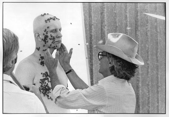Richard Avedon colocando el rostro del apicultor durante la sesión de fotos con abejas