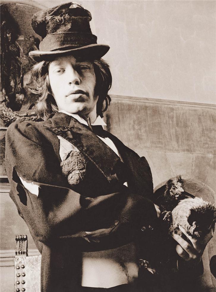 Mick Jagger, cantante de los Rolling Stones, vestigo de vagabundo para la sesión de fotos del disco Beggars Banquet. Foto: Michael Joseph.