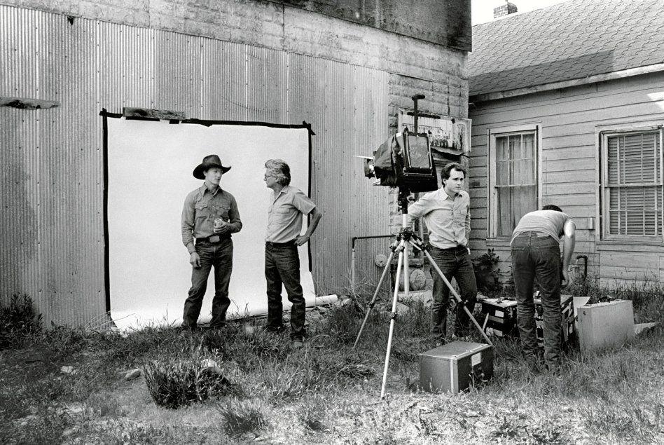 Richard Avedon en una sesión de fotos para 'In the American West' con su famoso fondo blanco y su cámara