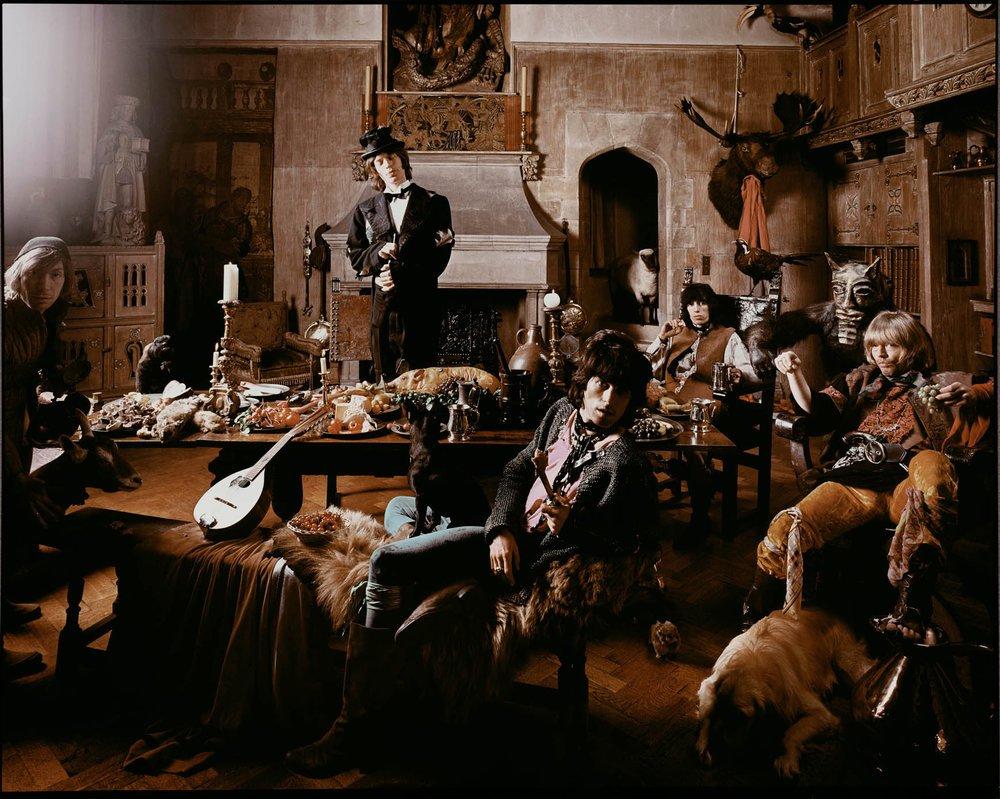 Los Rolling Stones vestidos de vagabundos y posando para la foto de su disco Beggars Banquet. Foto: Michael Joseph.