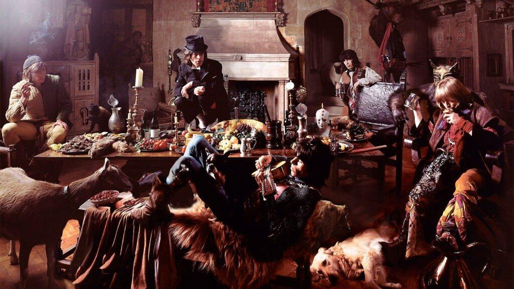 Los Rolling Stones vestidos de mendigos junto a animales y una mesa llena de comida para el disco Beggars Banquet. Foto de Michalek Joseph.