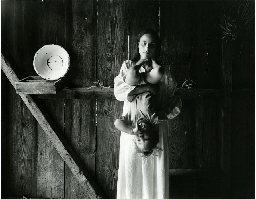 Fotografía de Edith, mujer de Emmett Gowin, sosteniendo boca abajo a uno de sus hijos. Foto de Emmett Gowin.