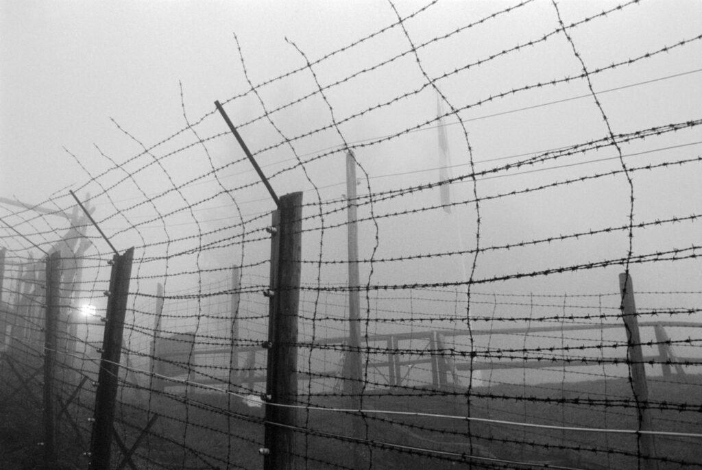 Francia, cerca de Le Struthof. 1994.  Alambrada del campo de Natzweiler. Foto: Erich Hartmann (Magnum), en el libro 'In the camps'.