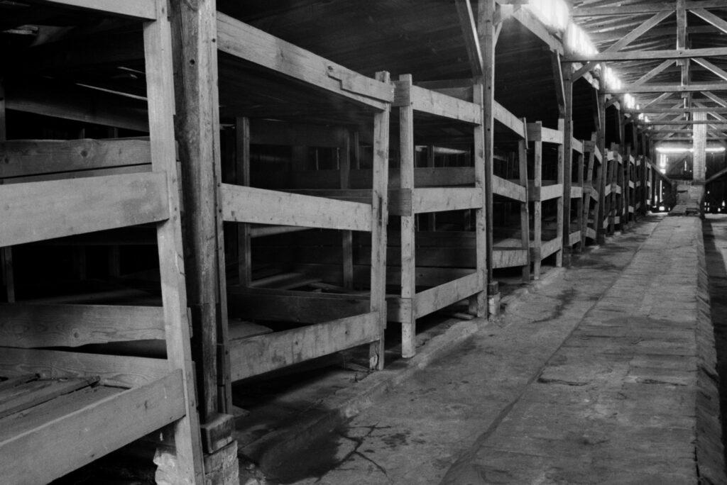 Polonia, Oswiecin. 1994. Construidos originalmente como establos para la caballería polaca, en edificios como este de Birkenau se hacinaban más de 1.000 prisioneros. Foto: Erich Hartmann (Magnum), en el libro 'In the camps.