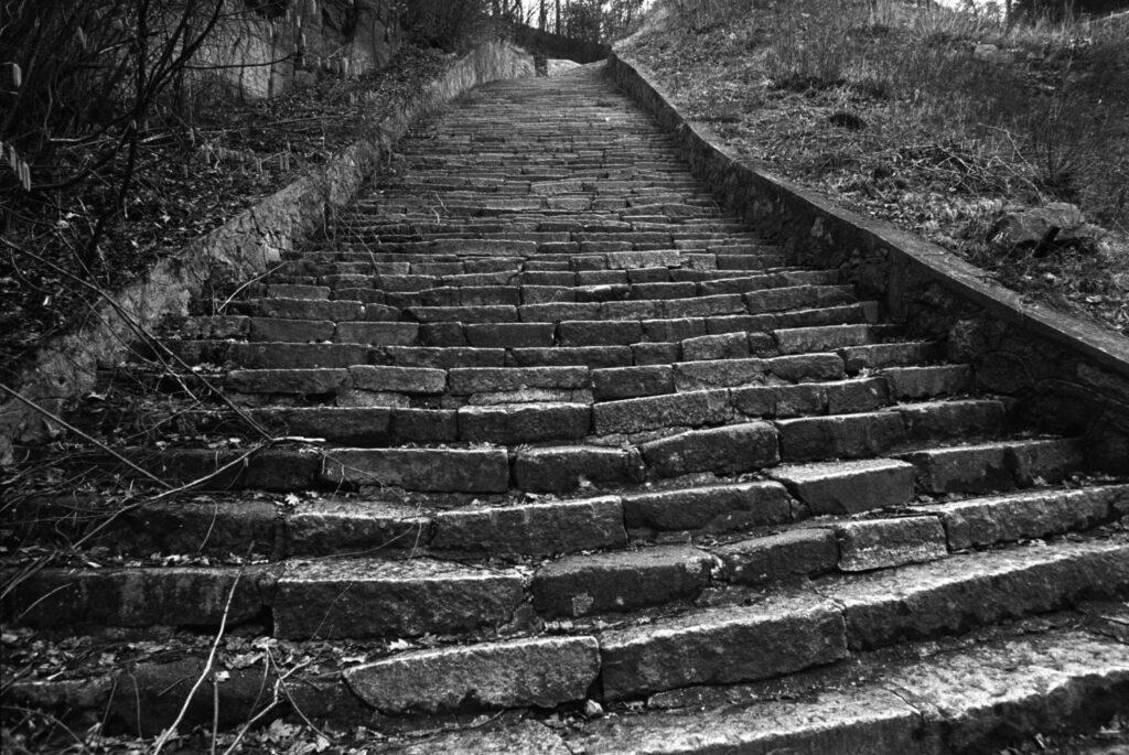 """Austria, Mauthausen, 1994. Las """"escaleras de la muerte"""" del campo de Mathausen. Foto: Erich Hartmann (Magnum), en el libro 'In the camps'."""