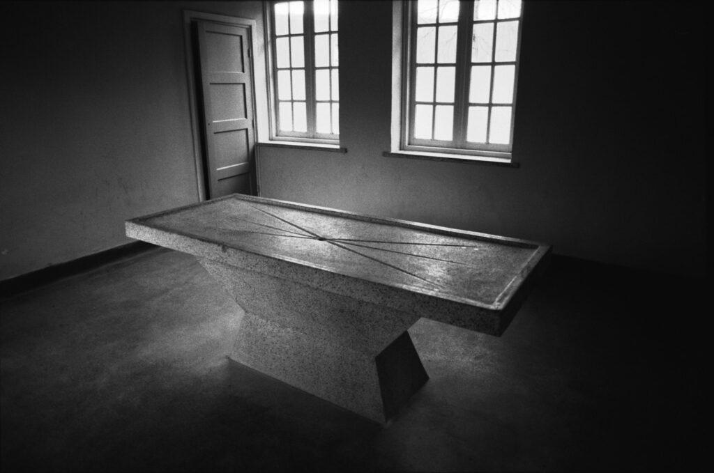 Países Bajos, Hertogenbosch, 1994. Mesa de disección en el campo de concentraciín de Vught. Foto: Erich Hartmann (Magnum), en el libro 'In the camps'.