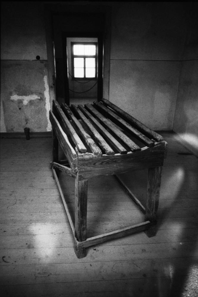 Francia, cerca de Le Struthof, 1994. Mesa de palizas en el campo de Natzweiler. Foto: Erich Hartmann (Magnum), en el libro 'In the camps'.