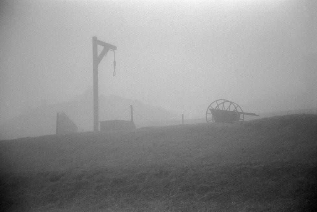 Francia, cerca de Le Struthof, 1994. Lugar donde se pasaba lista y se ahorcaba a los prisioneros en el campo de Natzweiler. Foto: Erich Hartmann (Magnum), en el libro 'In the camps'.