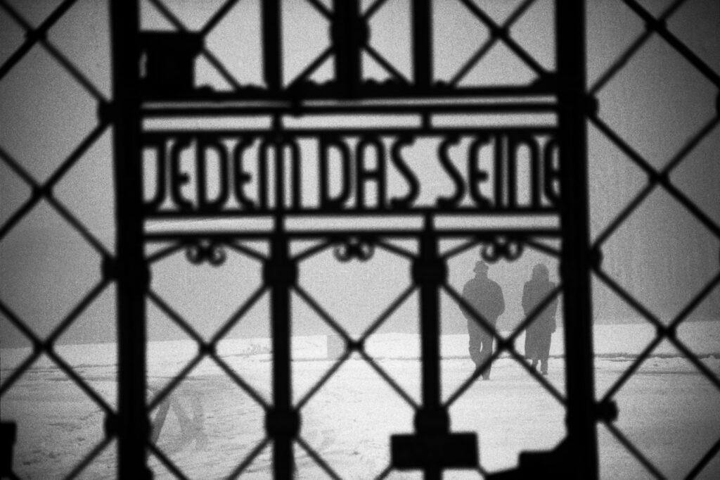 Alemania, cerca de Wiemar. 1994. Puerta principal con la leyenda 'Jedem das seine' (a cada uno lo que se merece) del campo de Buchenwald. Foto: Erich Hartmann (Magnum), en el libro 'In the camps'.