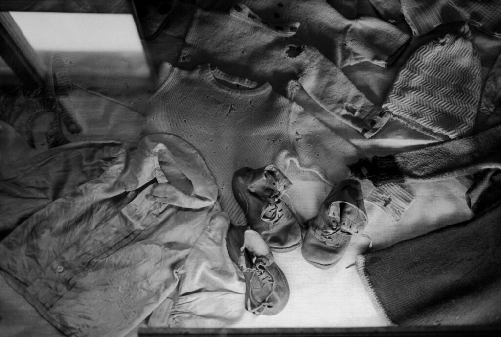 Polonia, Oswiecim, 1994. Ropas de niños presos en el campo de concentración de Auschwitz. Foto: Erich Hartmann (Magnum), en el libro 'In the camps'.