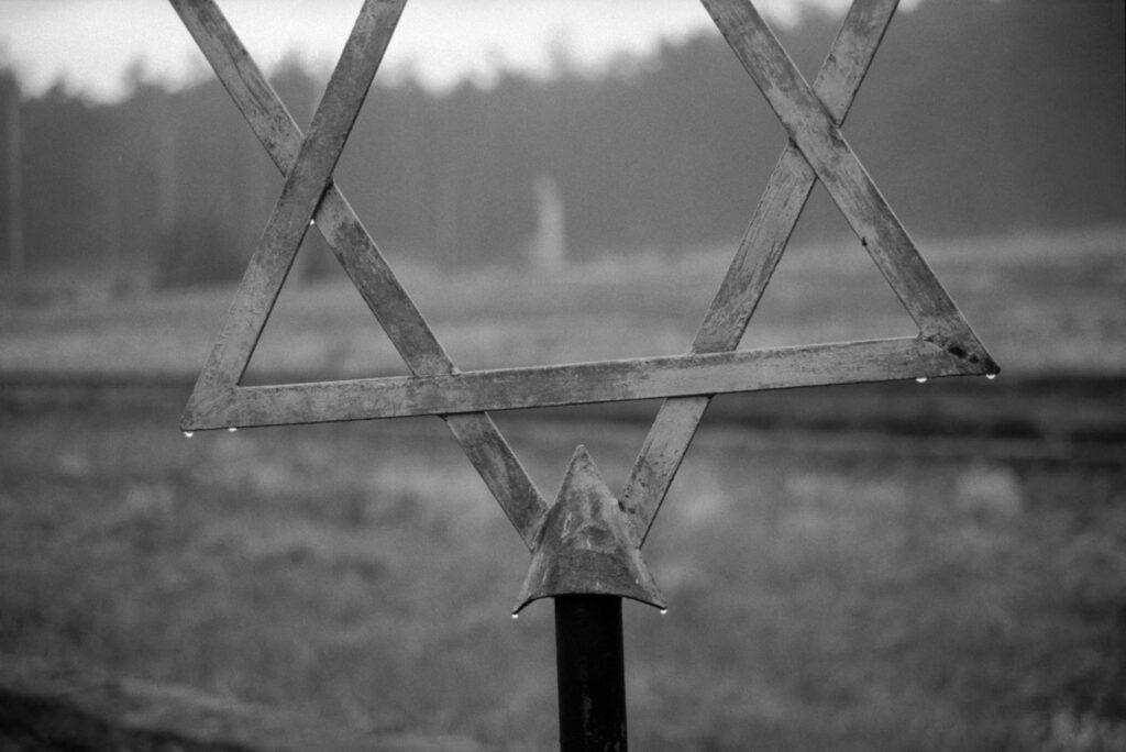Polonia, Dabie, 1994. Señal que marca la existencia de una fosa común en el campo de concentración de Chelmo. Foto: Erich Hartmann (Magnum), en el libro 'In the camps'.