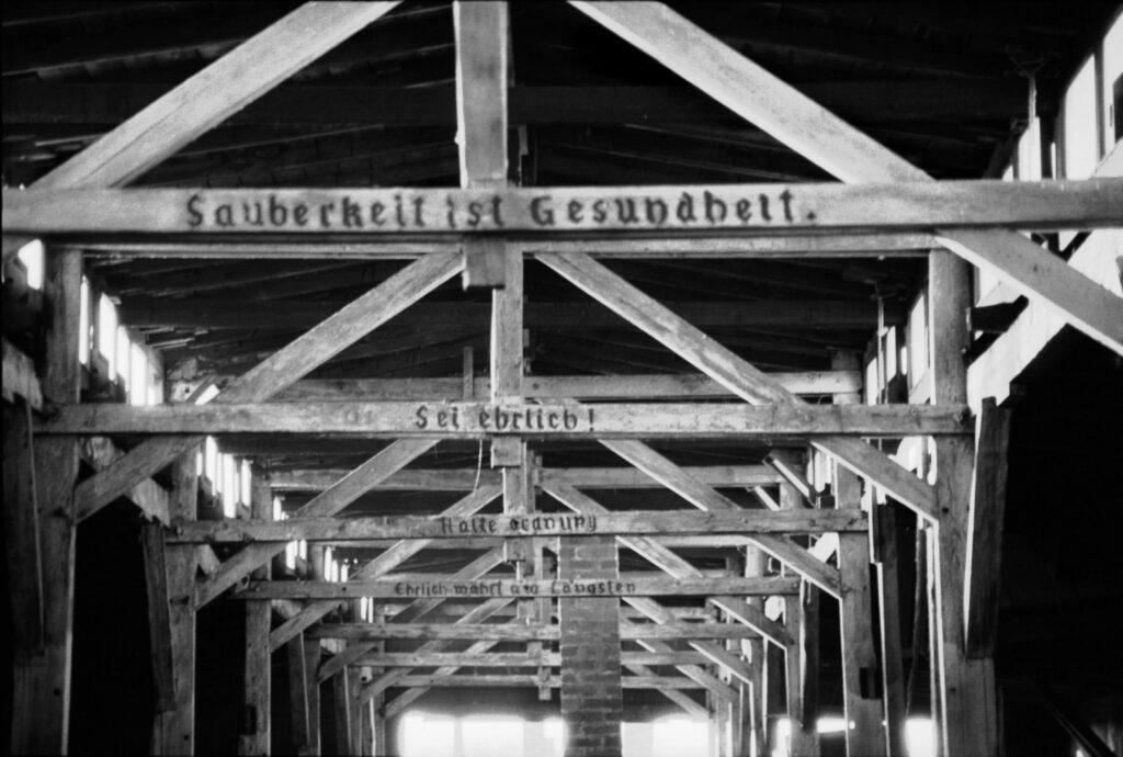 """Polonia, Oswiecim, 1994. Slogans en los travesaños del campo de concentración de Birkenau: """"La limpieza es salud"""", """"Sé honesto"""", """"Sé ordenado"""", """"La honestidad es para siempre"""". Foto: Erich Hartmann (Magnum), en el libro 'In the camps'."""
