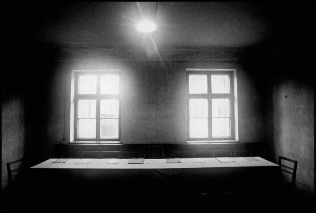Polonia, Oswiecim, 1994. Tribunal de la Gestapo en el barracón de la muerte del campo de Auschwitz. Foto: Erich Hartmann (Magnum), en el libro 'In the camps'.