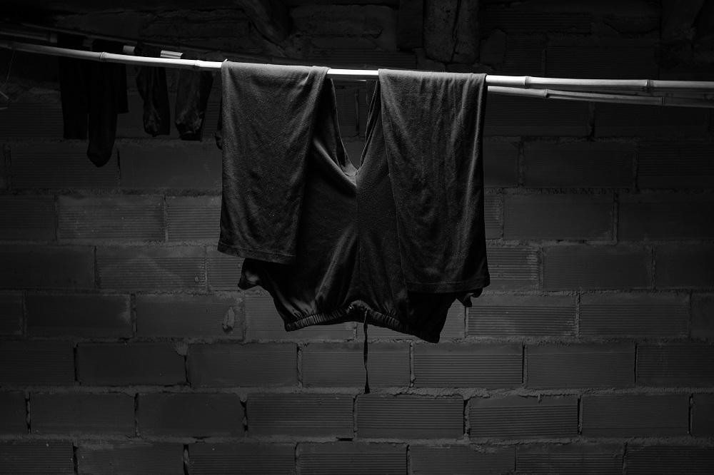Imagen unos pantalones colgados  a secar en una caña, foto de Leire Etxazarra en el proyecto Amamaren Etxea