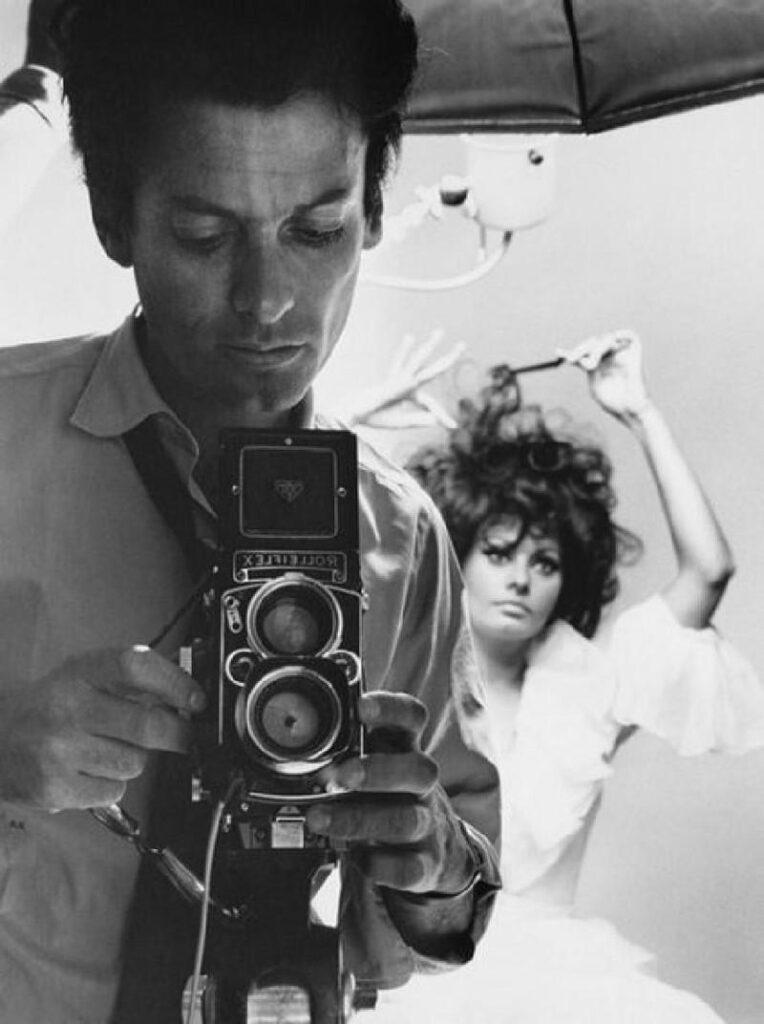 Autorretrato de Richard Avedon con  la actriz Sofía Loren al fondo. 1966.