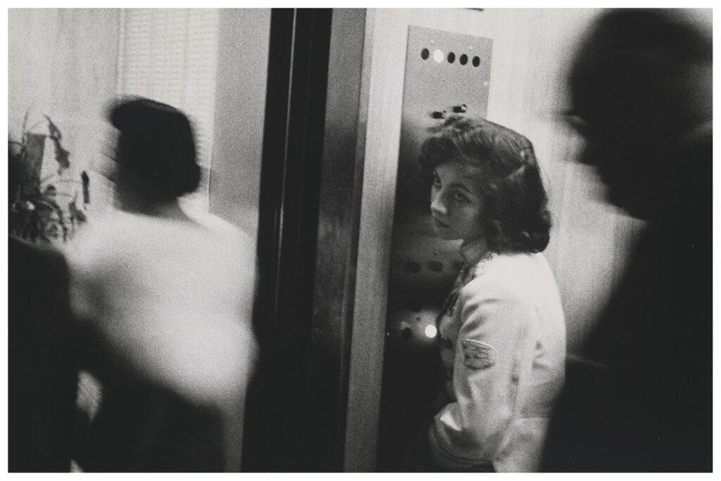 Foto Elevator, Miami Beach, 1965, la ascensorista del libro Los Americanos' de Robert Frank