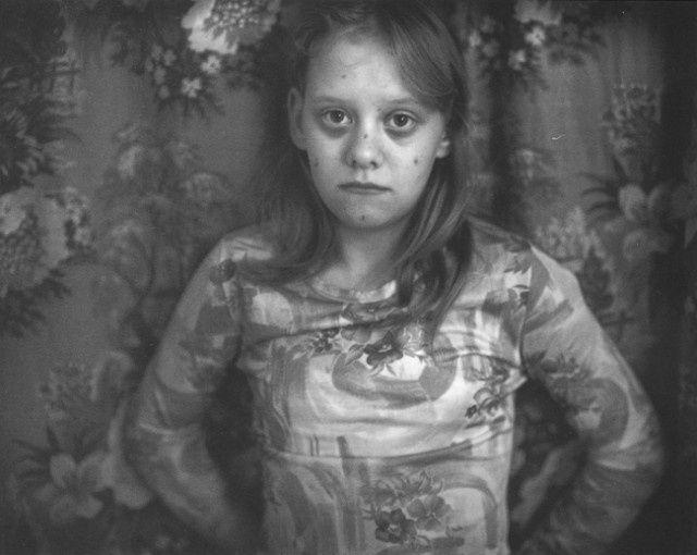 Retrato frontal de una niña de 12 años mirando directamente a cámara. Foto de Sally Mann para el libro At Twelve