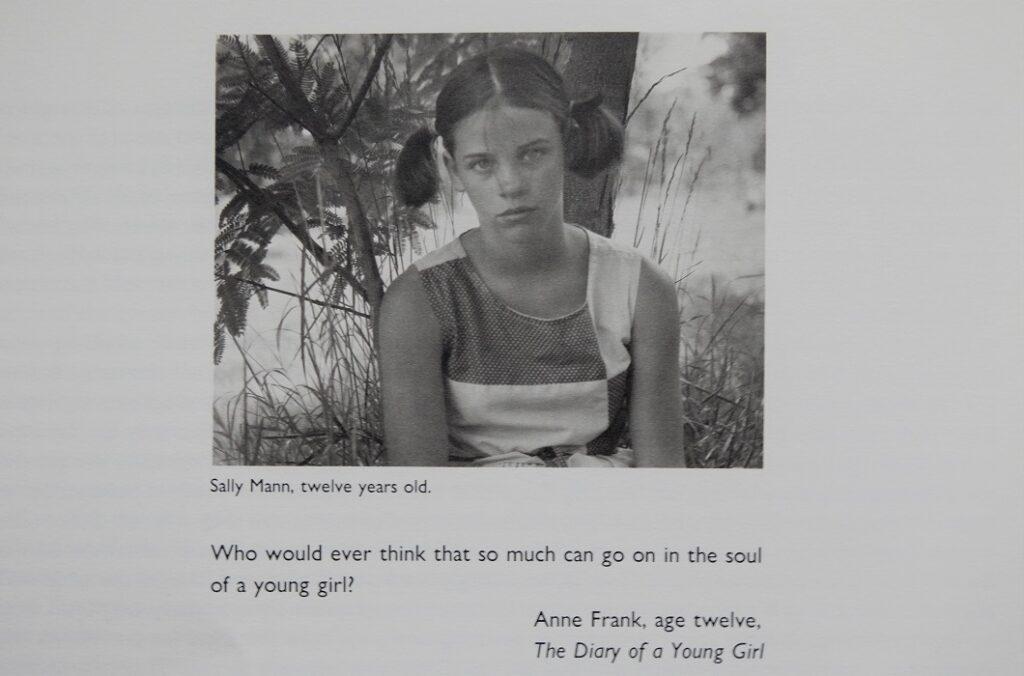 Fotografía de la fotógrafa Sally Mann a los 12 años y cita de Anna Frank tal y como aparece publicada en el libro At Twelve de Sally Mann