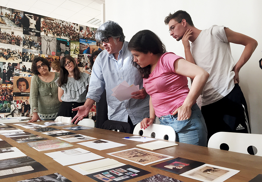 Alumnos en el taller de Laia Abril en el CFC Bilbao. Foto de Mauro Saravia.