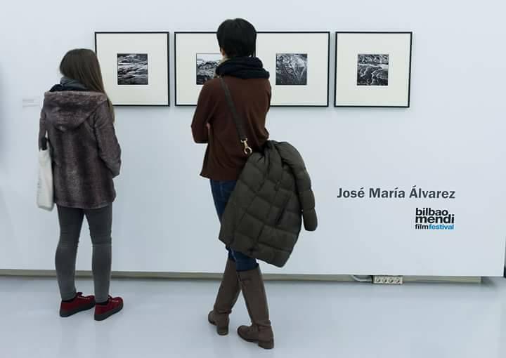 Imagen de dos personas en una exposición de fotografía. Foto de Rafael Guerra.