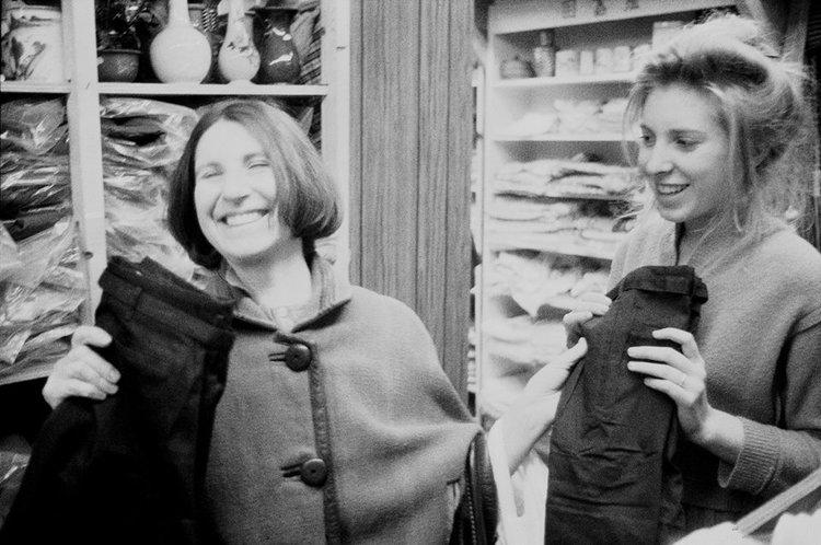 Francesca Woodman y su madre Betty Woodman riendo y comprando pantalones. Foto: George Lange.