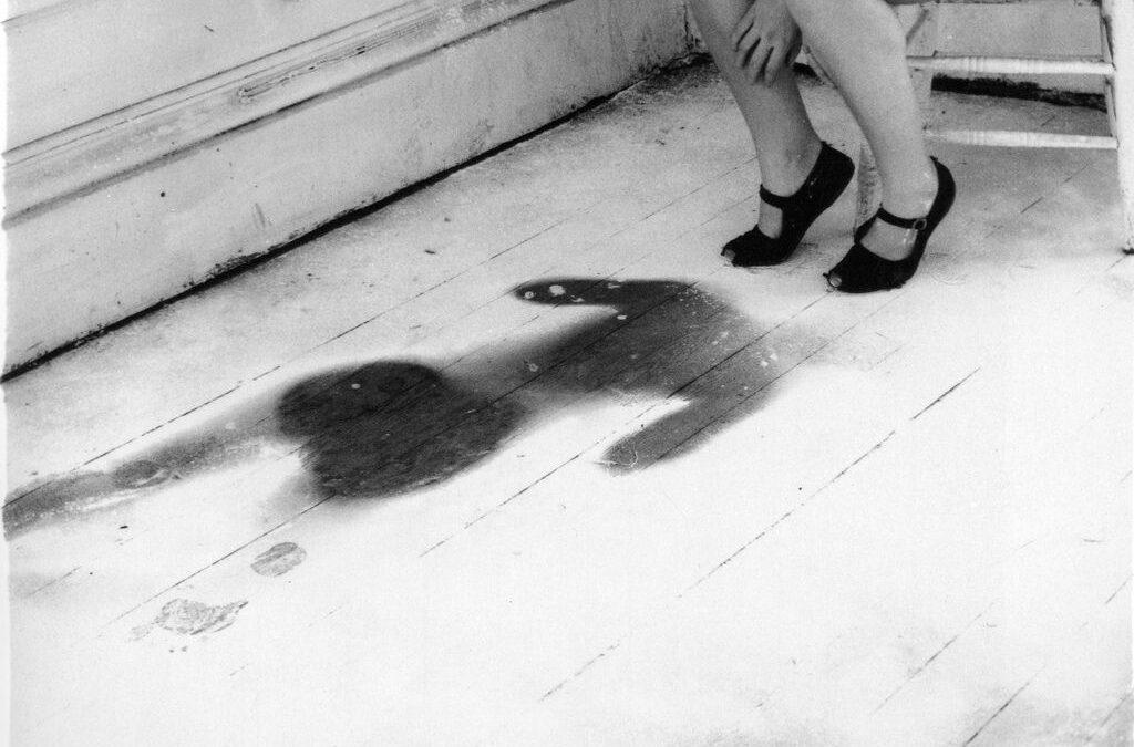 Foto de la silueta de Francesca Woodman impresa en un suelo de harina