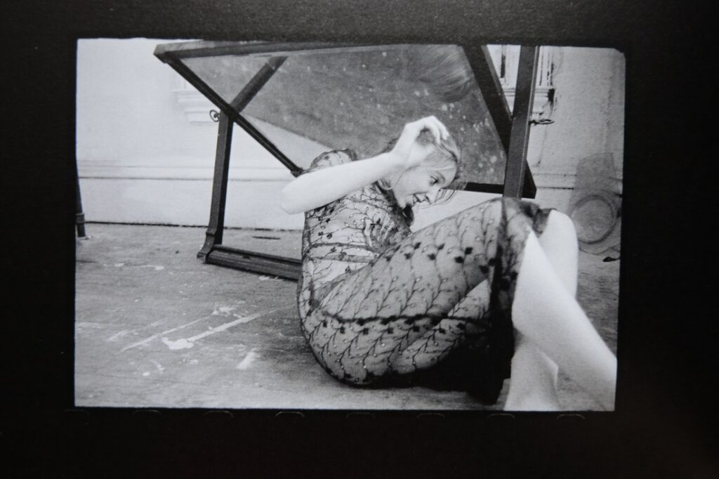 Francesca Woodman riendo mientras se prepara para posar en una de sus fotos. Foto: George Lange.