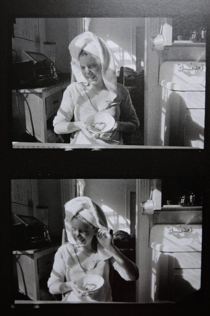 Fotos de Francesca Woodman sentada en la cocina con una toalla en el pelo y cenando mientras ríe