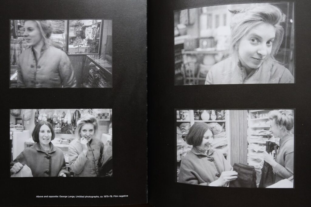 Francesca Woodman de compras y sonriendo con su madre Betty Woodman. Fotos: George Lange.